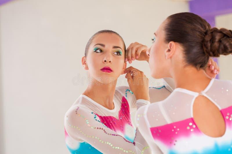 Gymnast προετοιμάζεται για τη σκηνή στοκ φωτογραφίες με δικαίωμα ελεύθερης χρήσης