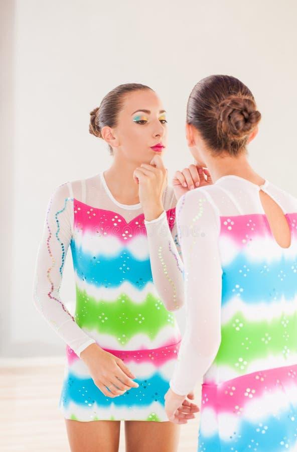 Gymnast προετοιμάζεται για τη σκηνή στοκ εικόνες