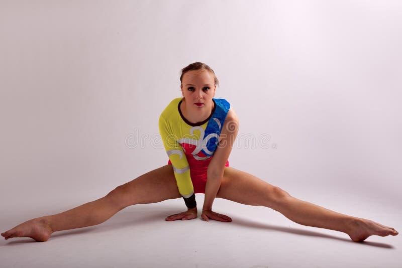 Gymnast το κορίτσι γιόγκας γεωμετρικό θέτει στοκ εικόνες