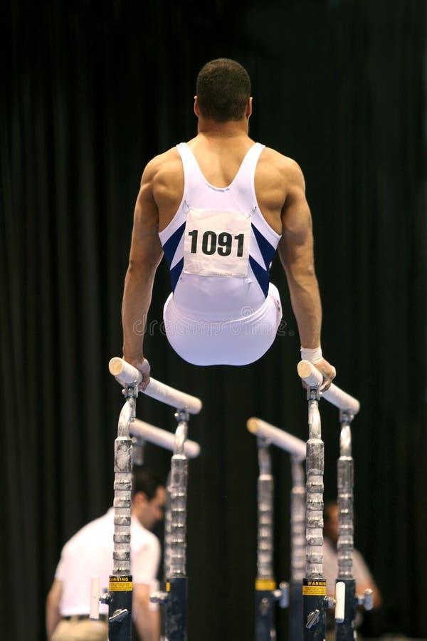 Gymnast auf parallelen Stäben stockfotos