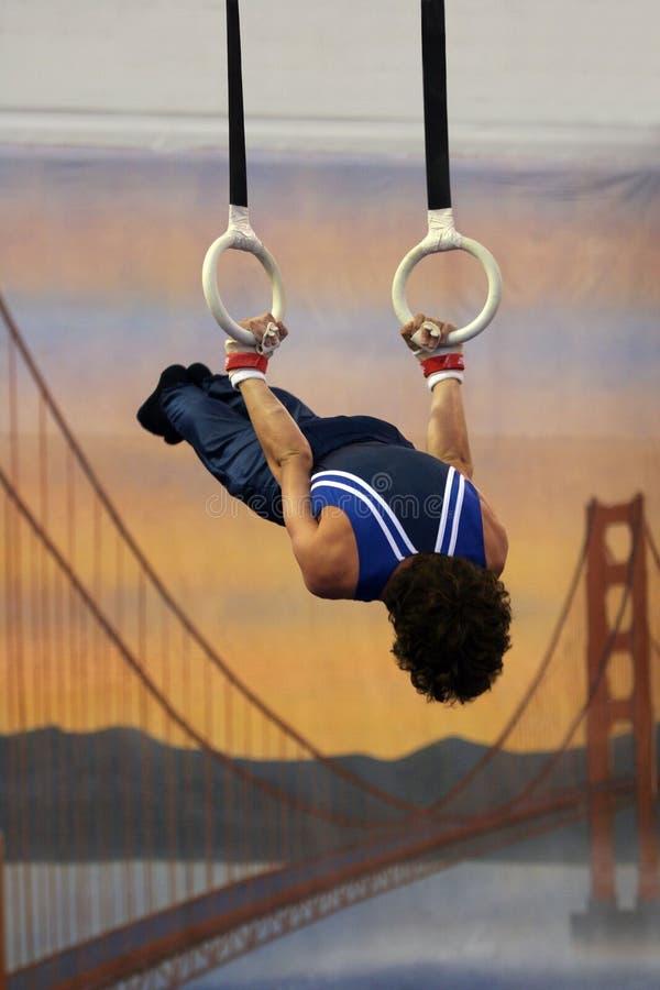 Gymnast auf Ringen stockfotos