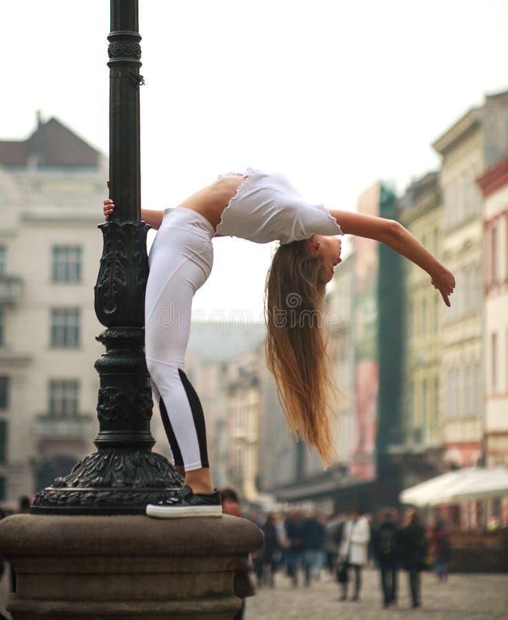 Gymnast ballerina κοριτσιών τοποθέτηση στο τετράγωνο της πόλης τουριστών στοκ φωτογραφίες με δικαίωμα ελεύθερης χρήσης