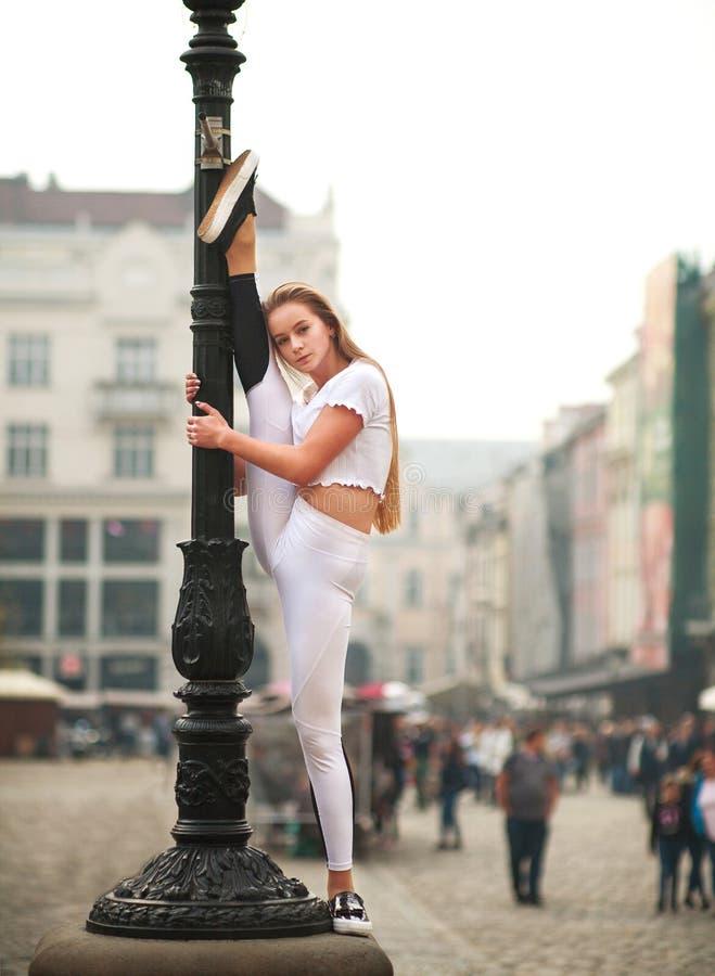 Gymnast ballerina κοριτσιών τοποθέτηση στο τετράγωνο της πόλης τουριστών στοκ φωτογραφίες