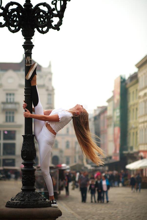 Gymnast ballerina κοριτσιών τοποθέτηση στο τετράγωνο της πόλης τουριστών στοκ εικόνες