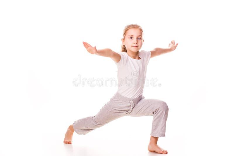 Gymnast bonito da menina que exercita, esticando imagem de stock