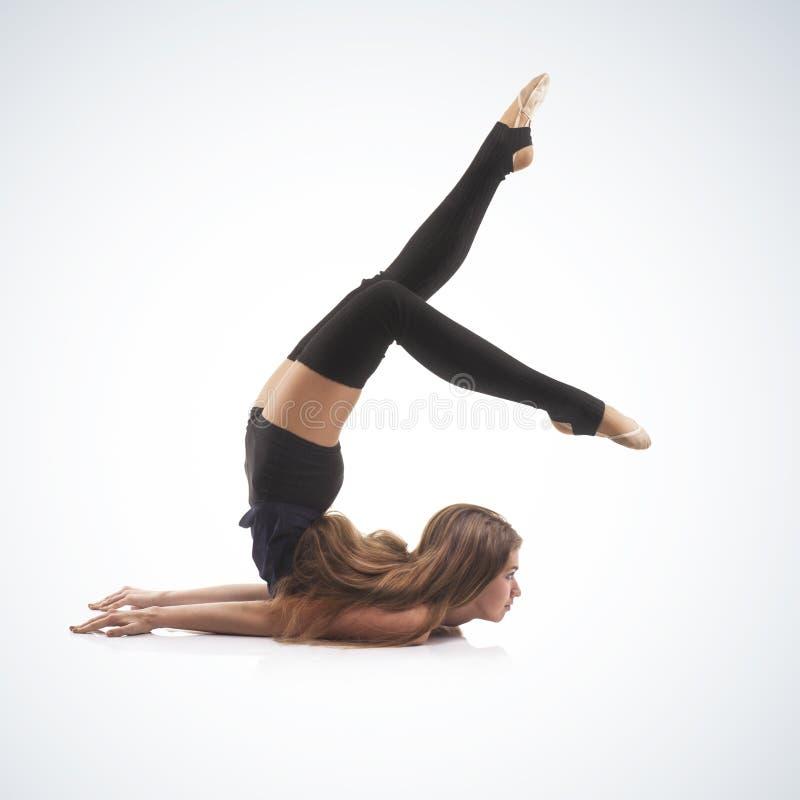 Gymnast bonito da mulher no fundo azul imagem de stock royalty free