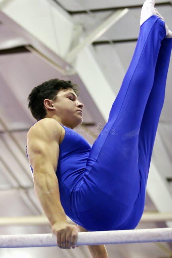 Gymnast em barras paralelas fotografia de stock