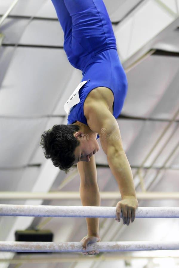Gymnast em barras paralelas fotos de stock