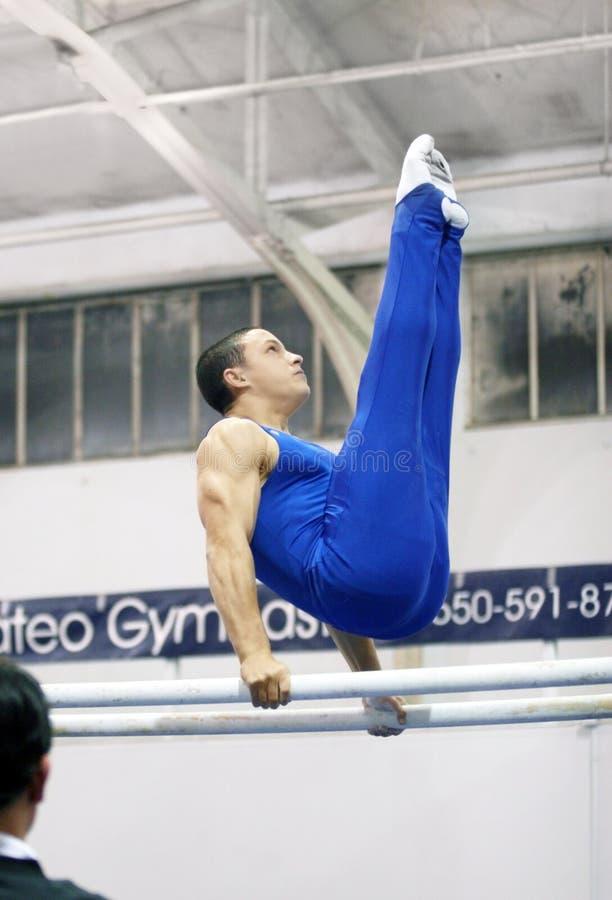 Gymnast em barras paralelas foto de stock