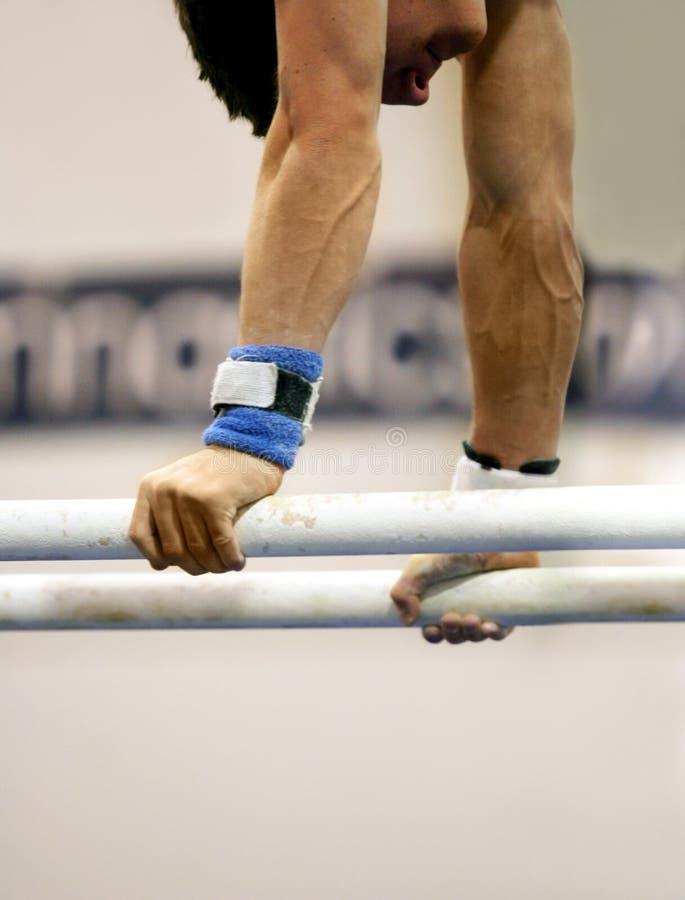 Gymnast em barras paralelas fotos de stock royalty free