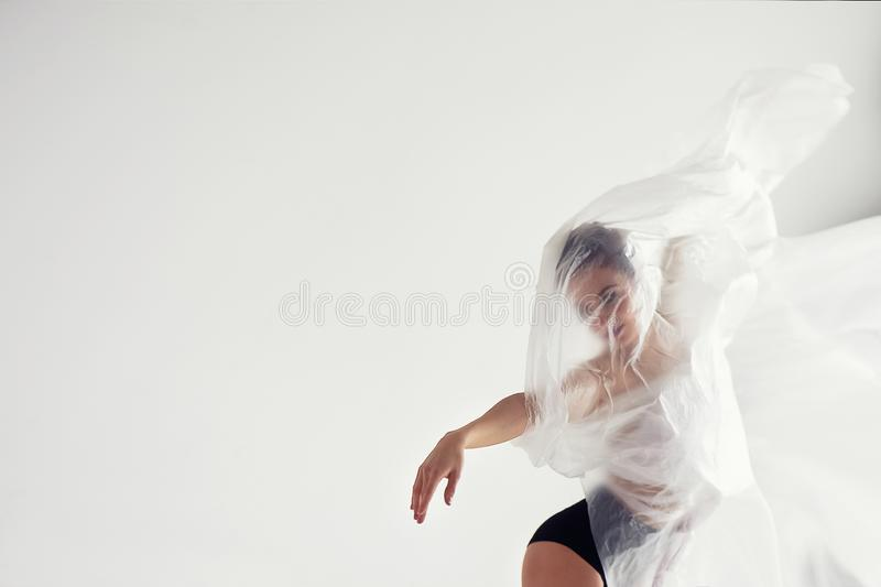 Gymnast f?r genomskinlig matte film Plast- kropp, airiness, tyngdl?shet och lightness fotografering för bildbyråer