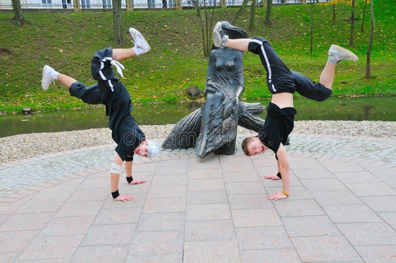 Gymnast felice due che si leva in piedi a disposizione immagine stock libera da diritti