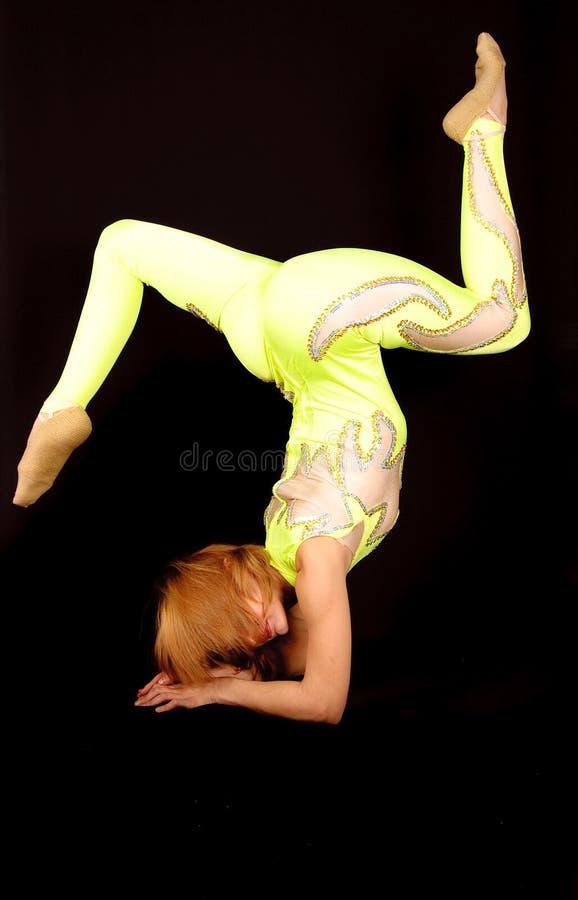 Gymnast nel costume luminoso della fase immagini stock libere da diritti