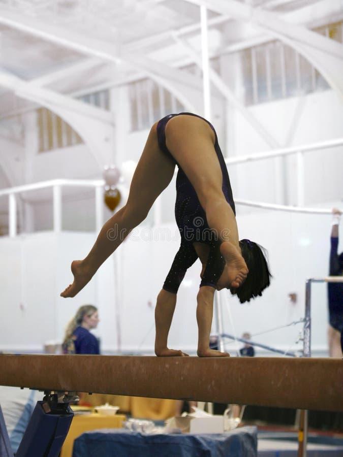 Gymnast no feixe imagem de stock