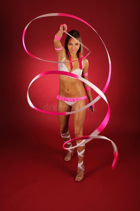 Gymnaste élégant avec la bande. photos libres de droits