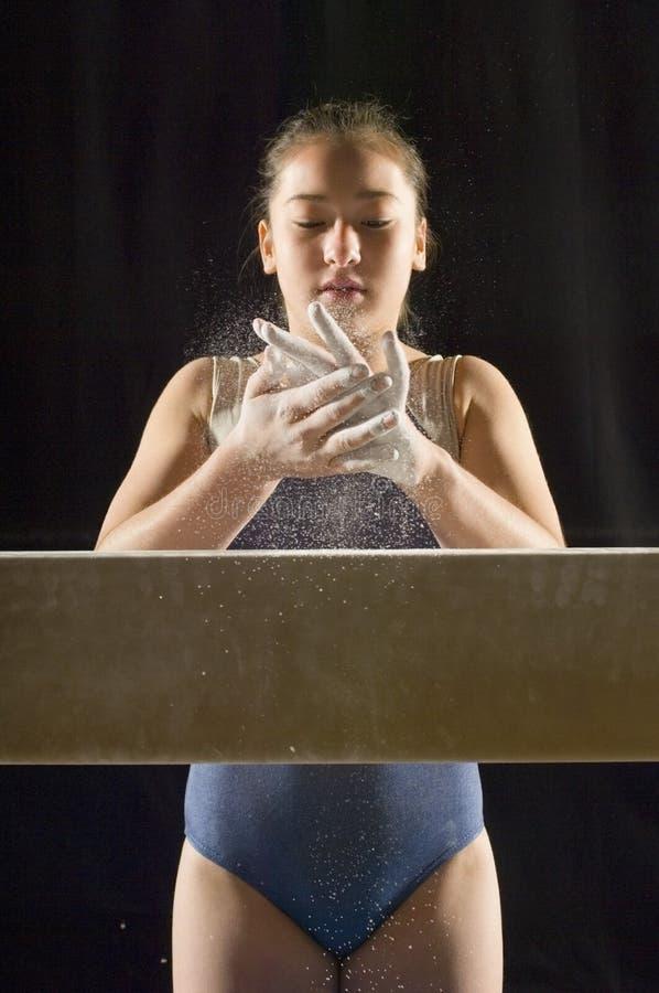 Gymnaste appliquant la craie blanche aux mains images libres de droits