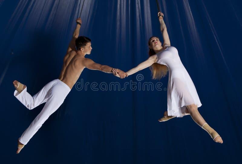 Gymnaste d'air de cirque de couples photos libres de droits