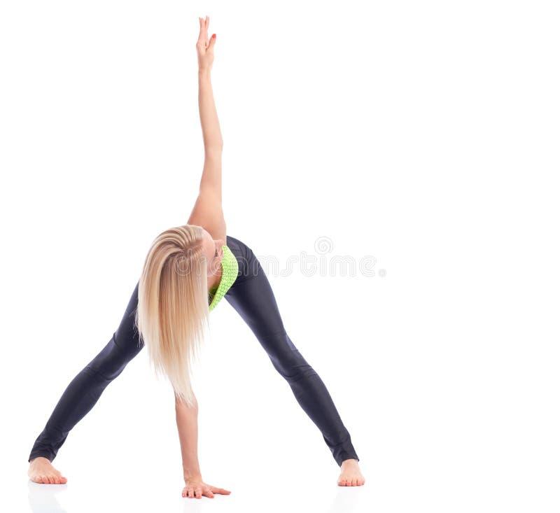 Gymnaste féminin attirant s'exerçant au studio photo libre de droits