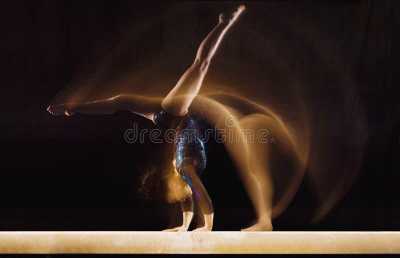 Gymnaste féminin dans le mouvement photo libre de droits