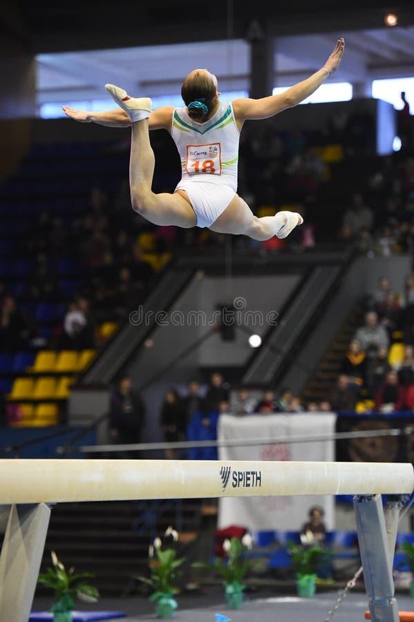 Gymnaste féminin exécutant sur le faisceau d'équilibre pendant la tasse d'international de Stella Zakharova Artistic Gymnastics U photos libres de droits