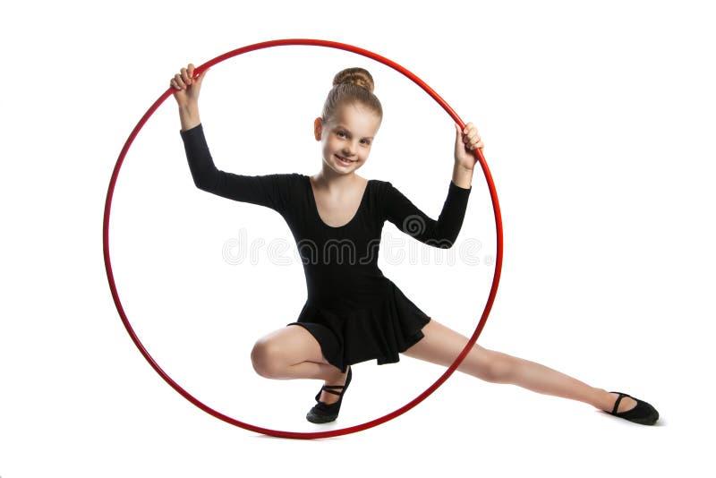 Gymnaste heureuse de fille avec un cercle photos stock