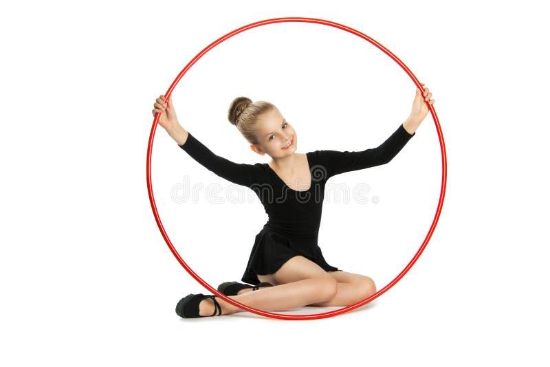 Gymnaste heureuse de fille avec un cercle image stock