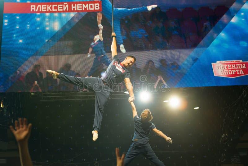 Gymnaste légendaire Aleksey Nemov avec le fils photo libre de droits