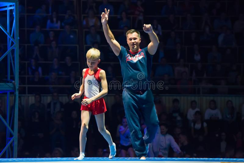 Gymnaste légendaire Aleksey Nemov et le jeune gymnaste photographie stock