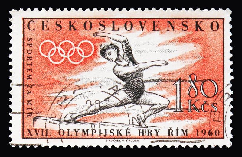 Gymnaste sur le faisceau d'équilibre, anneaux olympiques, Jeux Olympiques 196 d'été images libres de droits