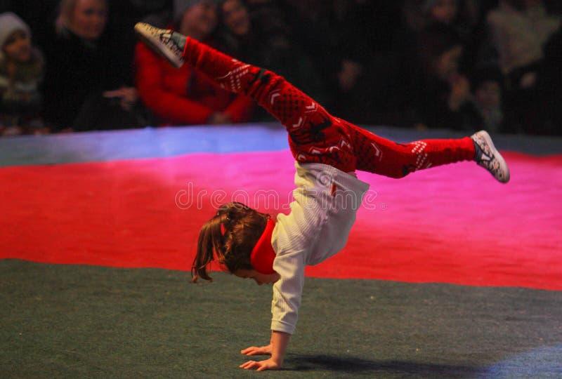 Gymnasten utför sportar arkivfoton
