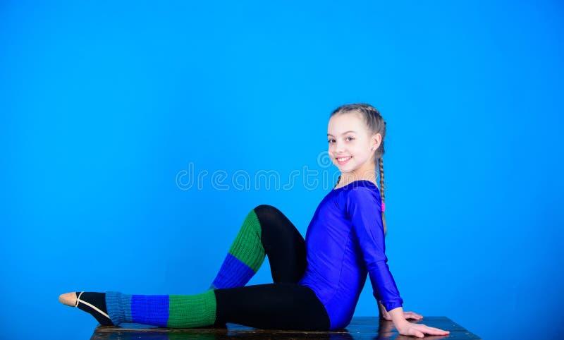 gymnastics Desportista feliz da criança Exercício do gym da acrobacia da menina adolescente Sucesso Atividade da infância Dieta d foto de stock