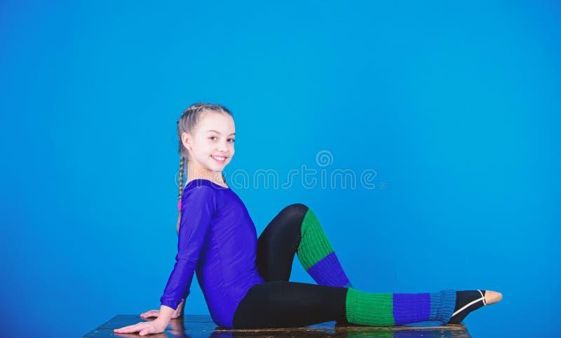 gymnastics Desportista feliz da crian?a Exerc?cio do gym da acrobacia da menina adolescente Sucesso Atividade da inf?ncia Dieta d foto de stock