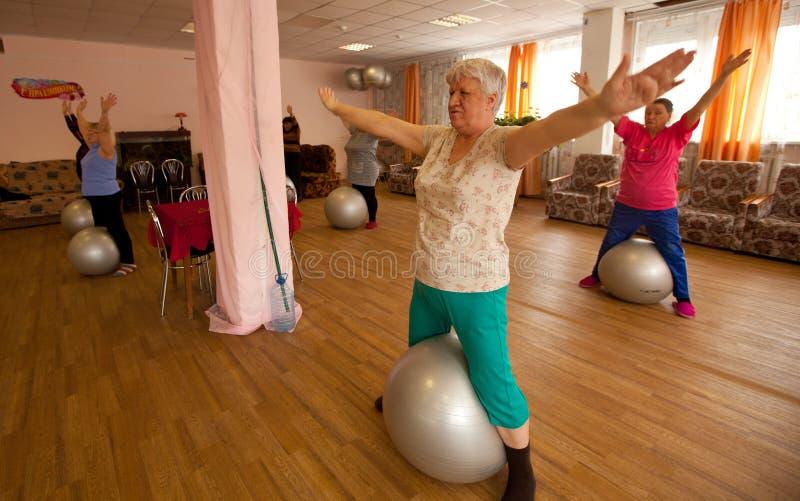 Gymnastiek met bal voor eldery royalty-vrije stock foto's