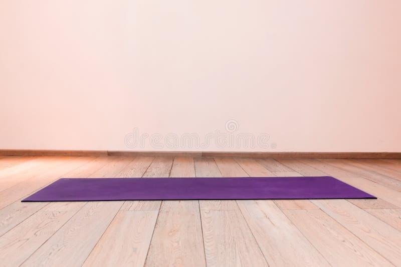 Gymnastiek met yogamat royalty-vrije stock foto's
