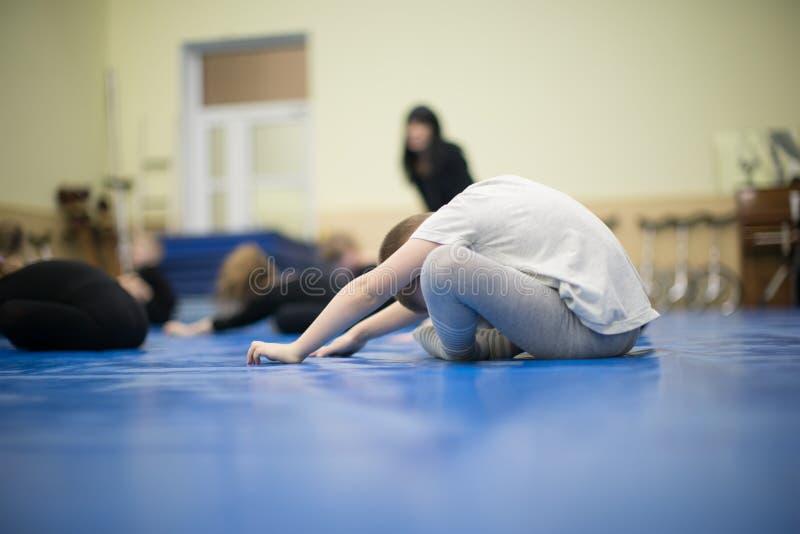 Gymnastiek op de vloer stock afbeelding