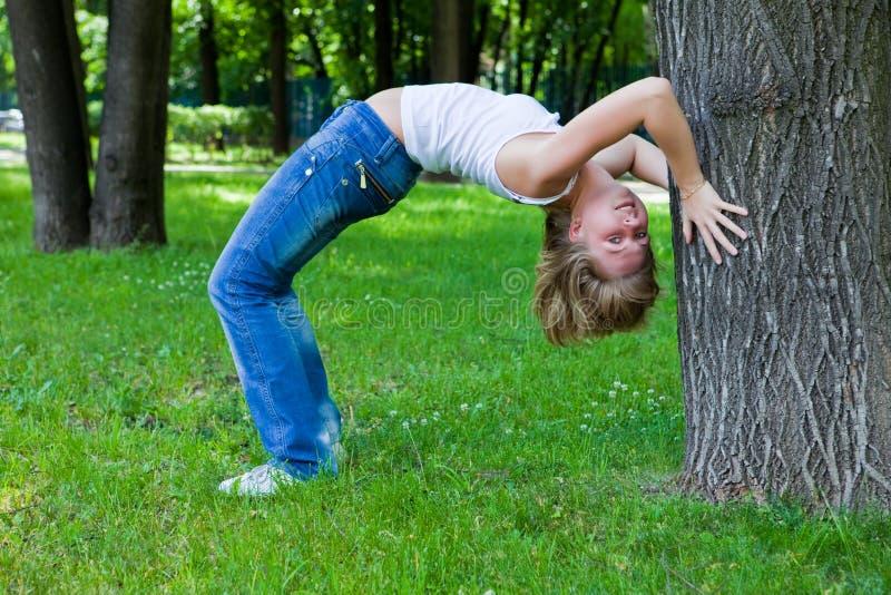 Gymnastiek in park stock fotografie
