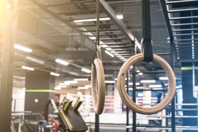 Gymnastiekringen voor het uitoefenen in de gymnastiek stock foto's