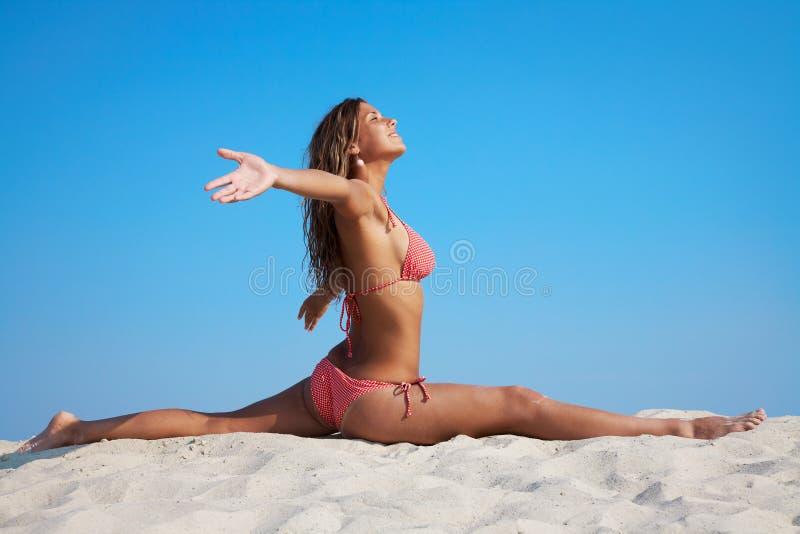 Gymnastik auf dem Strand lizenzfreies stockbild