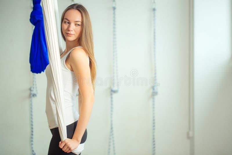 Gymnastik führt Antigravitationsyoga der körperlichen Bewegungen durch lizenzfreie stockfotos