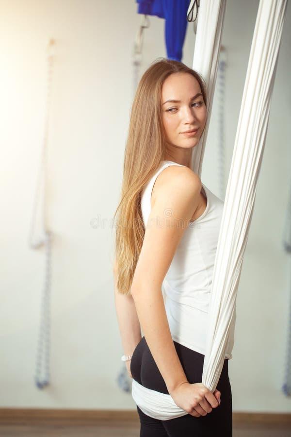 Gymnastik führt Antigravitationsyoga der körperlichen Bewegungen durch stockfotografie