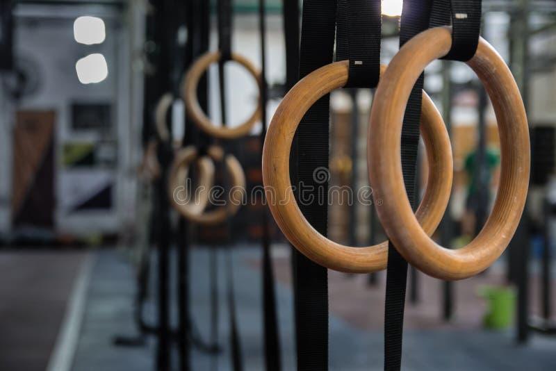 Gymnastik-Ringe in der Turnhalle stockfotografie