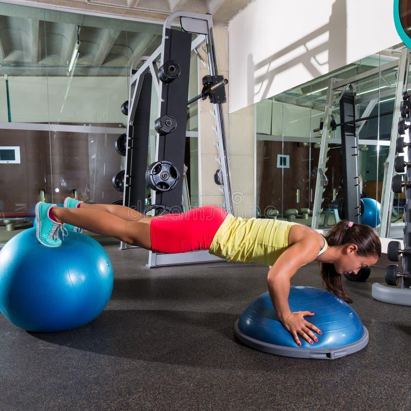Gymnastikball bosu drücken Frauenblau fitball hoch stockfoto