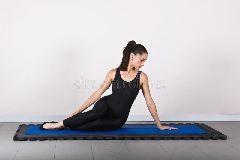 Download Gymnastikpilates fotografering för bildbyråer. Bild av övning - 3549001