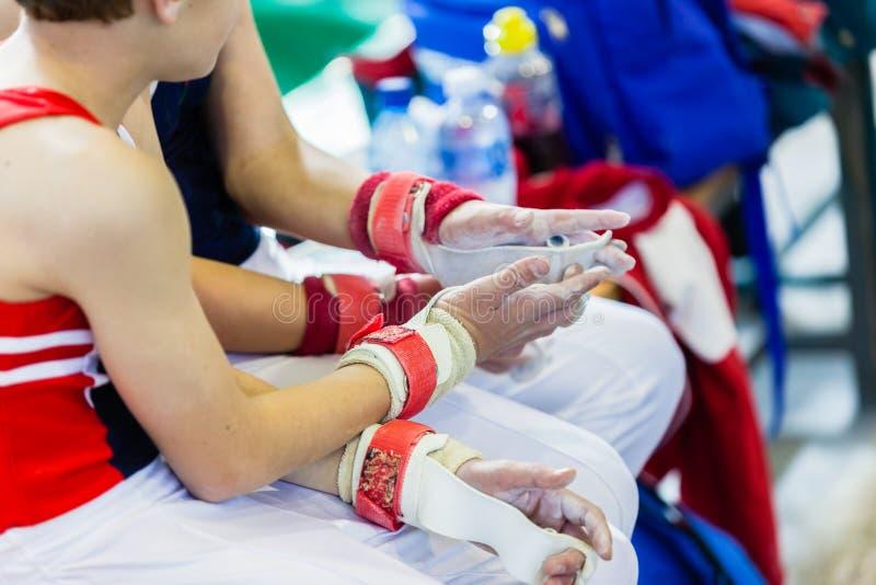 Gymnastikpojkar som Chalking handcloseupen royaltyfri bild