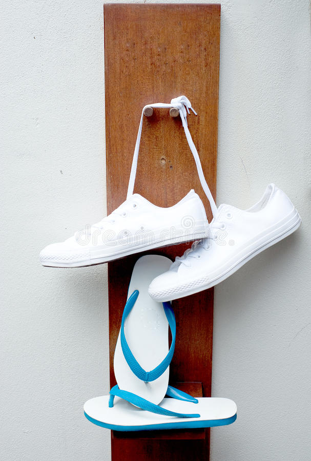 Gymnastikskor och sandal arkivbild