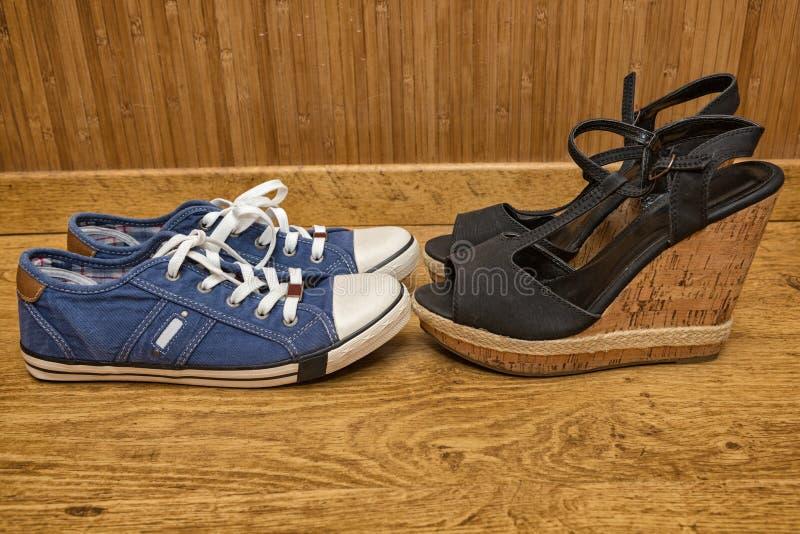 Gymnastikskor och sandaler med höga häl arkivfoton