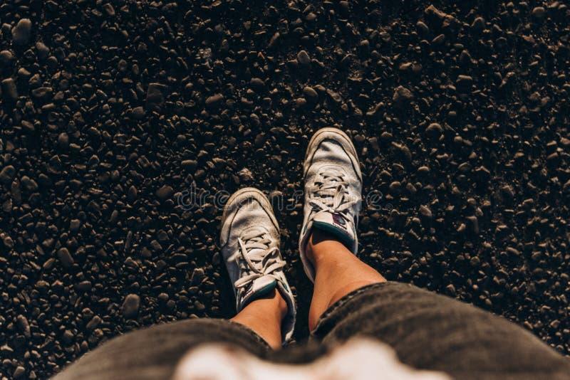 Gymnastikskor på jordning, kvinna som tar en gå på sommarvägen i su royaltyfri fotografi