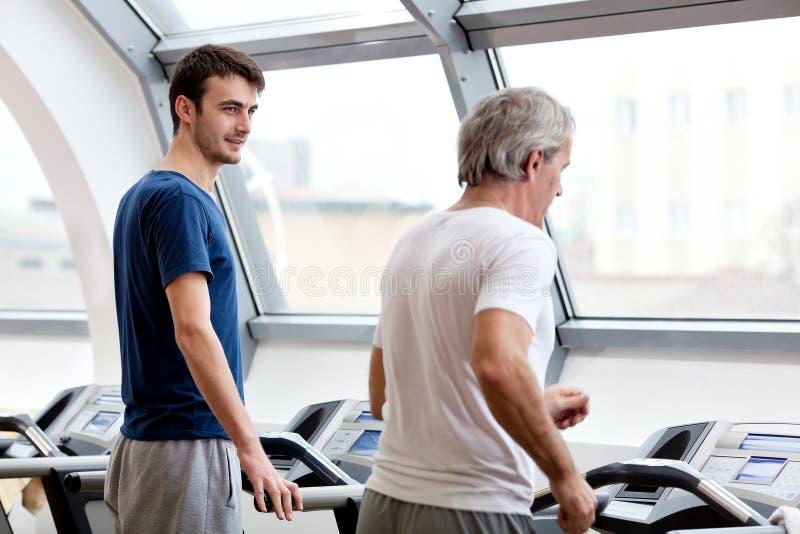 Gymnastiktraining, junger Mann und sein Vater lizenzfreies stockbild