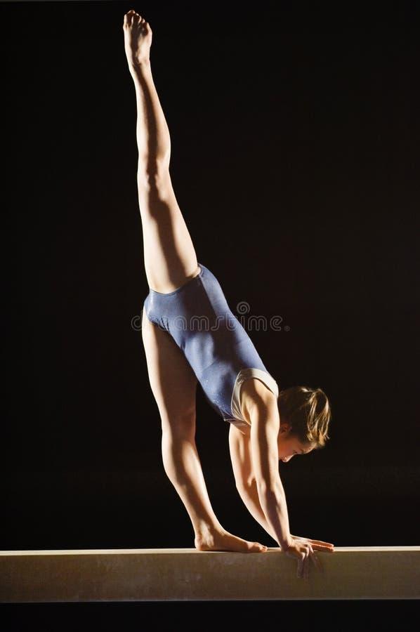 Gymnastique de pratique femelle image stock