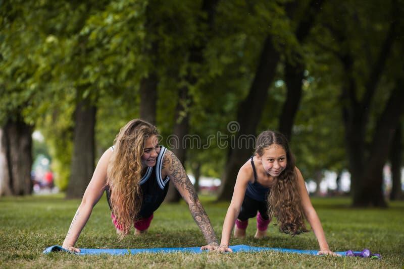 Gymnastique de travail d'équipe Active s'étendant dehors photographie stock